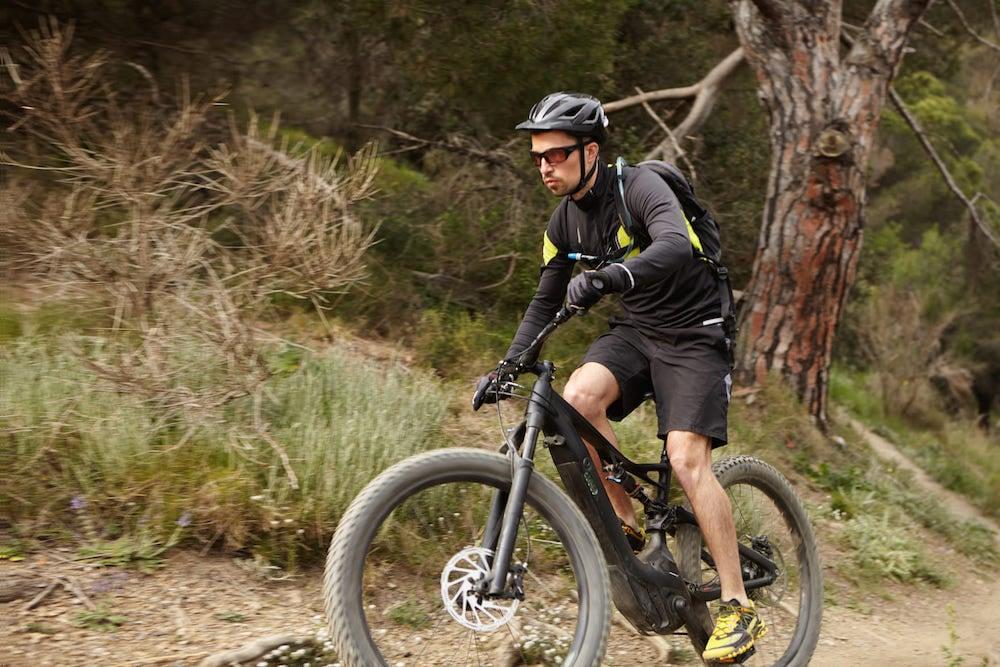 vtt électrique léger homme sur vélo